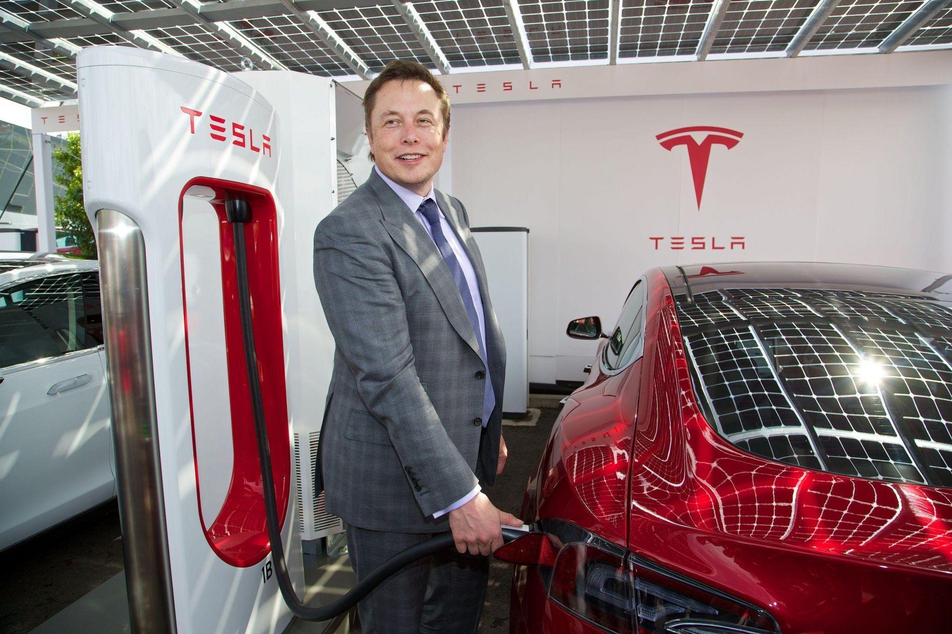 Tesla-ს ელექტრომობილი მძღოლის გარეშე ივლის